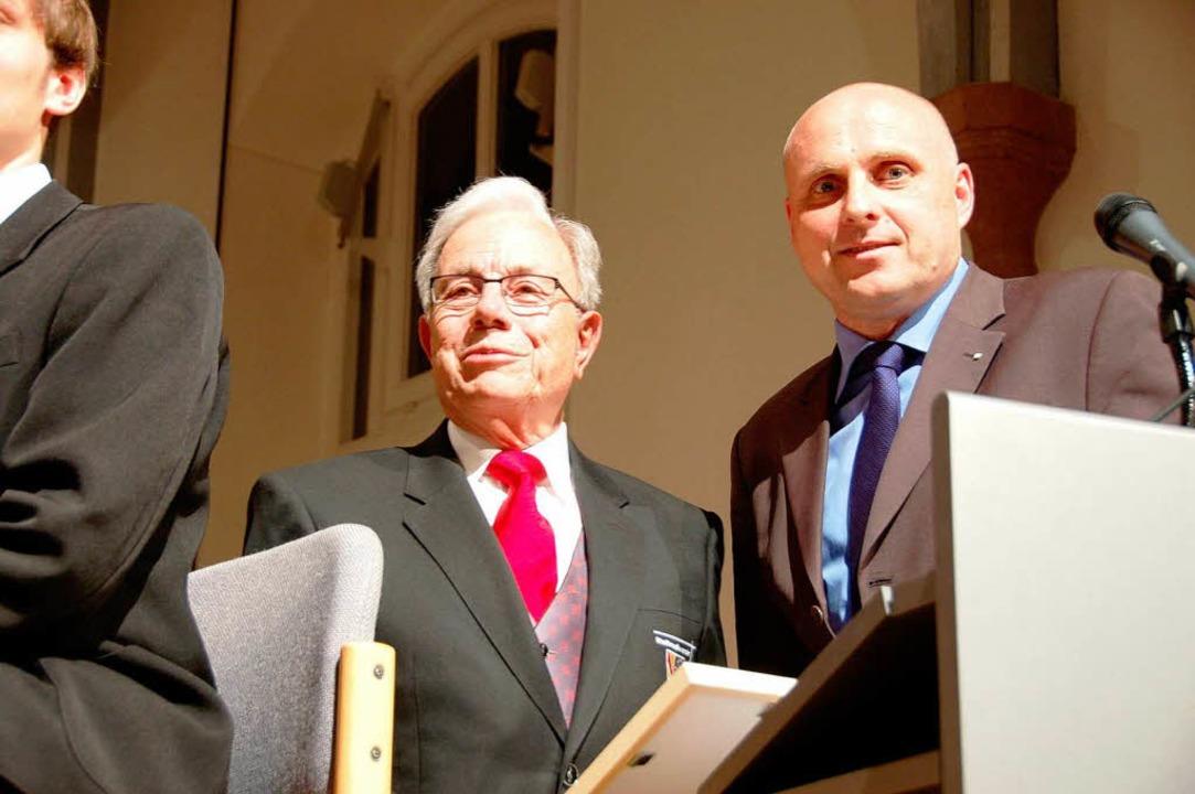 Jubiläum 150 Jahre Stadtmusik: Oberbür...uliert dem Vorsitzenden Harald Kuderer  | Foto: Sylvia-Karina Jahn
