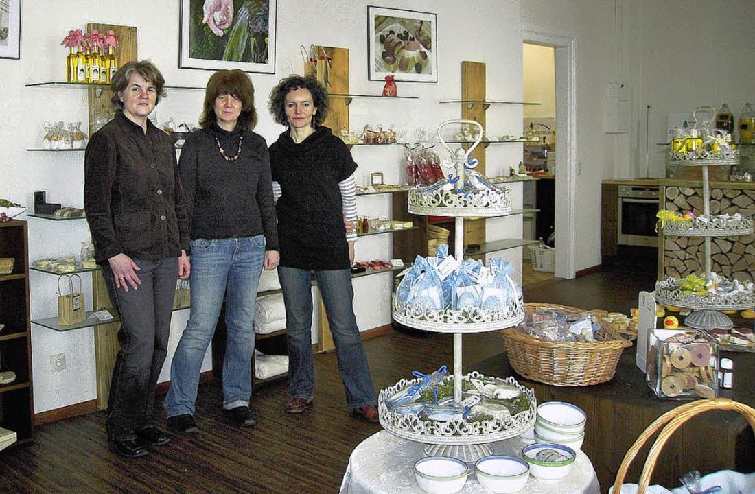 Die Inhaberinnen der Seifentruhe in ih...r, Ulrike Kleiser, Monika Haiss (v.l.)  | Foto: Nikolaus Bayer