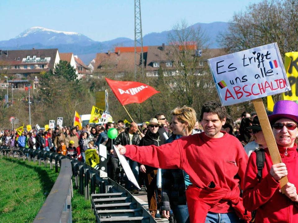 Tausende auf dem Weg zur Rheininsel &#...otest gegen die deutsche Atompolitik.   | Foto: Dorothee Philipp