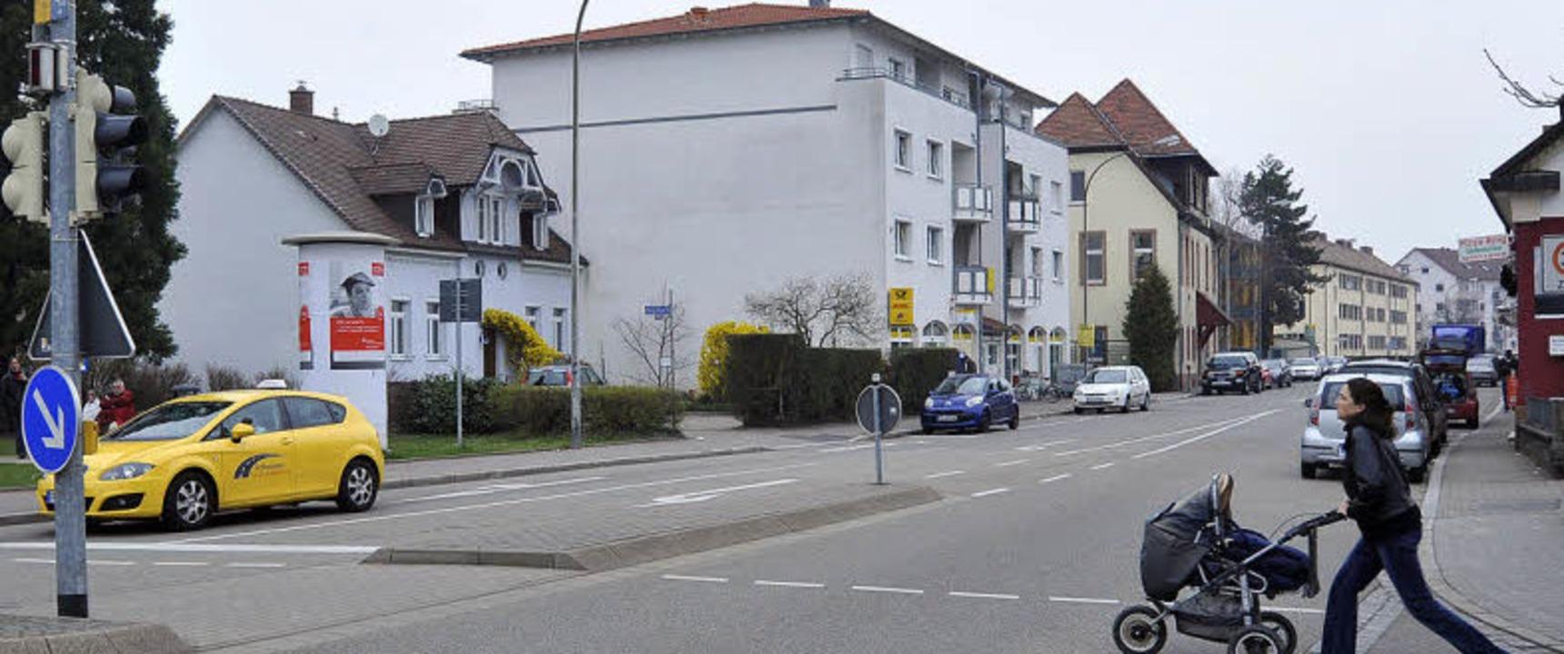 """An der Stelle des  einstigen """"kl...fläche (links hinter dem gelben Auto).    Foto: Michael Bamberger (2)"""