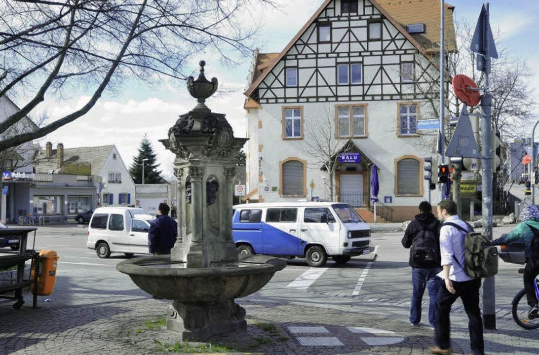 Der Dorfbrunnen steht nun ein paar Met...n der Einmündung der Uffhauser Straße.    Foto: Michael Bamberger