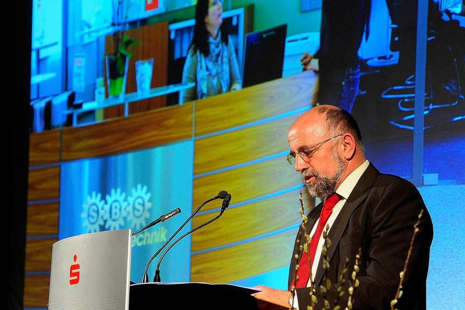 Bauernpräsident Werner Räpple hält die Laudatio auf den Gewinner des Sonderpreises, die  SBS Feintechnik (Foto: Thomas Kunz)