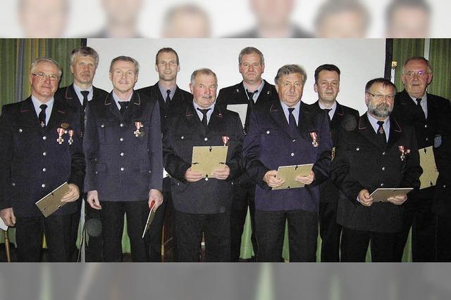 Verdiente Mitglieder der Feuerwehr ausgezeichnet