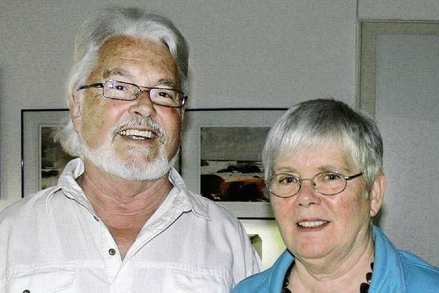 Zwei engagierte Ehepartner feiern