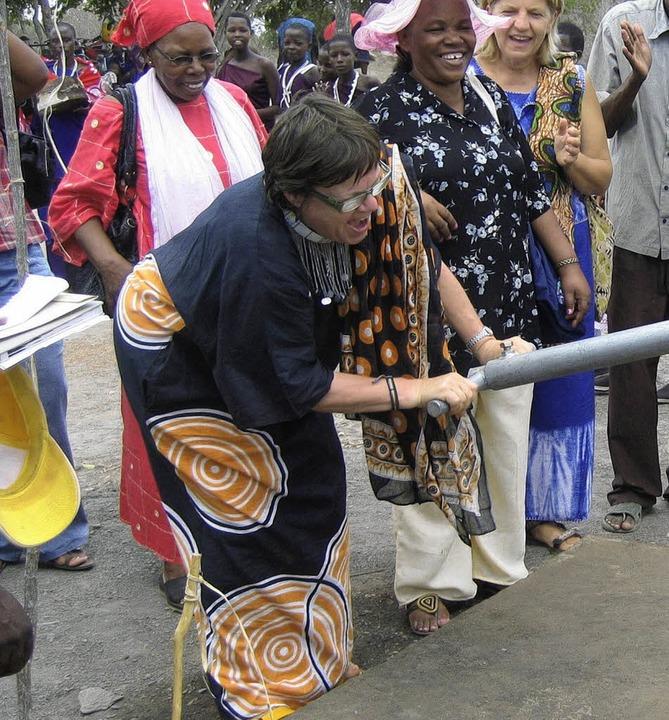 Voller Einsatz für die Entwicklungshil...riebnahme eines Brunnens in Tansania.   | Foto: Privat