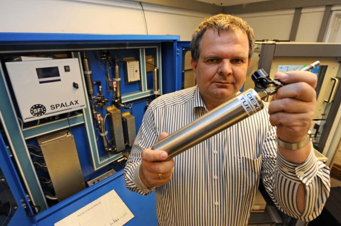 Physiker Clemens Schlosser vom Bundesa...s radioaktive Gas Xenon in den Händen.  | Foto: dpa