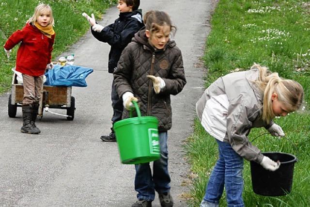 Grundschüler sammeln Müll