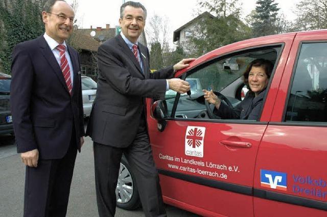 Volksbank spendet Caritas neues Auto