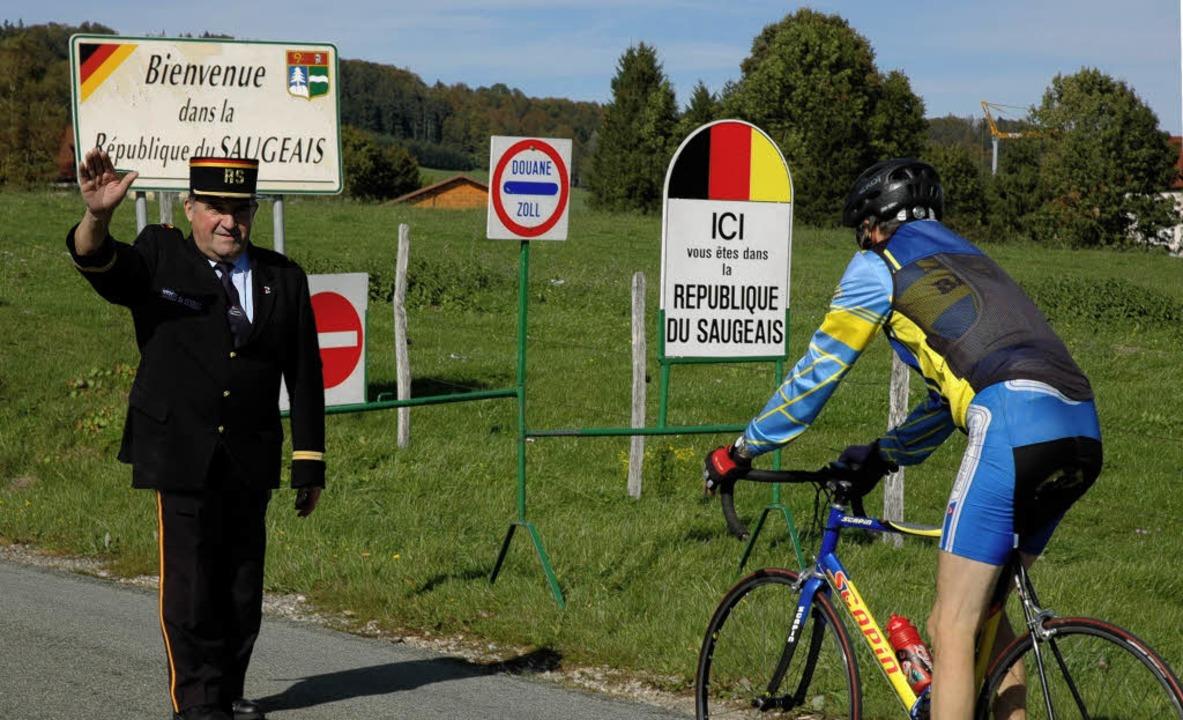 """""""Anhalten! Haben Sie einen Passi...lner prüft die Papiere des Radfahrers.    Foto: C. Diemar"""