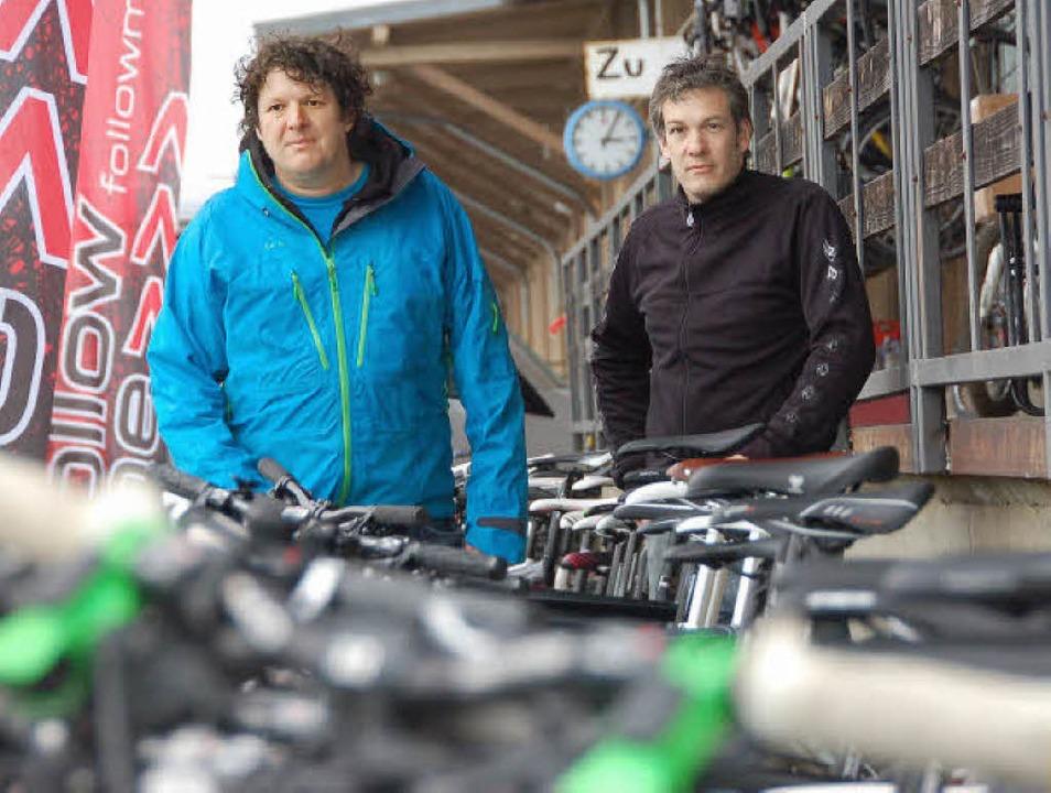 Andy Wochner (links) und Axel Winterha...t ersten Fahrradstation mit IBA-Label.  | Foto: Willi Adam