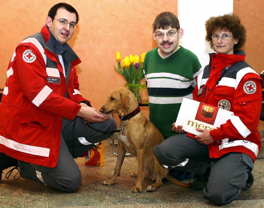 Dankeschön  an DRK-Helfer: Rettungshun...a Schulemann bei der Geschenkübergabe.  | Foto: Privat