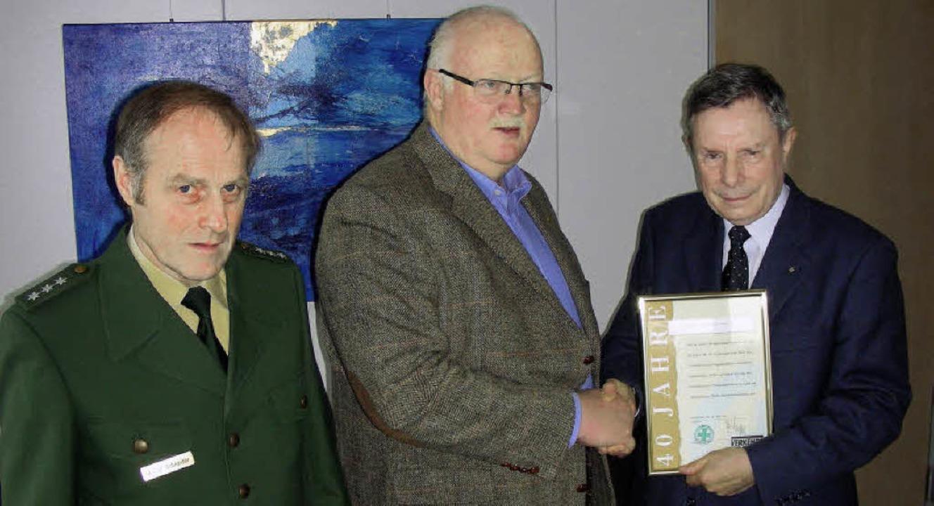 Eine Ehrung für 40 Jahre Mitgliedschaf...Freiburg, Walter Schneider, entgegen.   | Foto: mario schöneberg