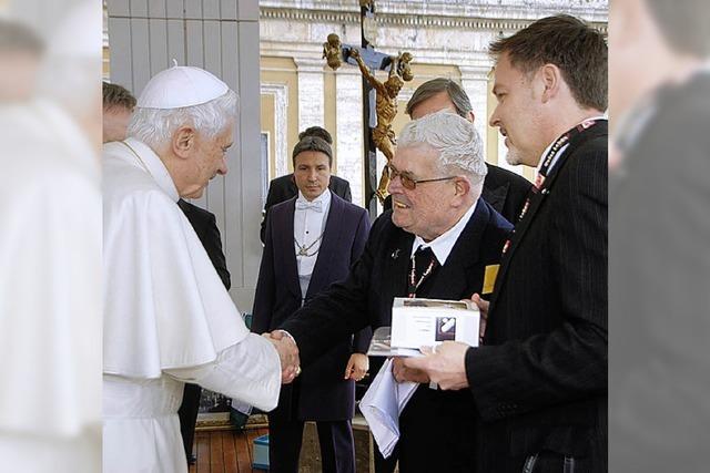 Pfarrer Frey spricht mit dem Papst