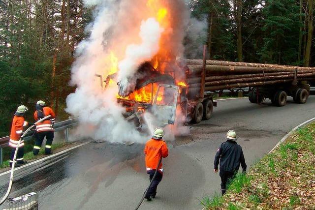 Holztransporter fängt Feuer