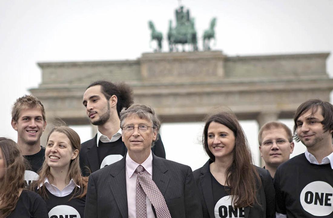 Gruppenbild mit Milliardär: Bill Gates...klungshilfe vor dem Brandenburger Tor     Foto: DPA