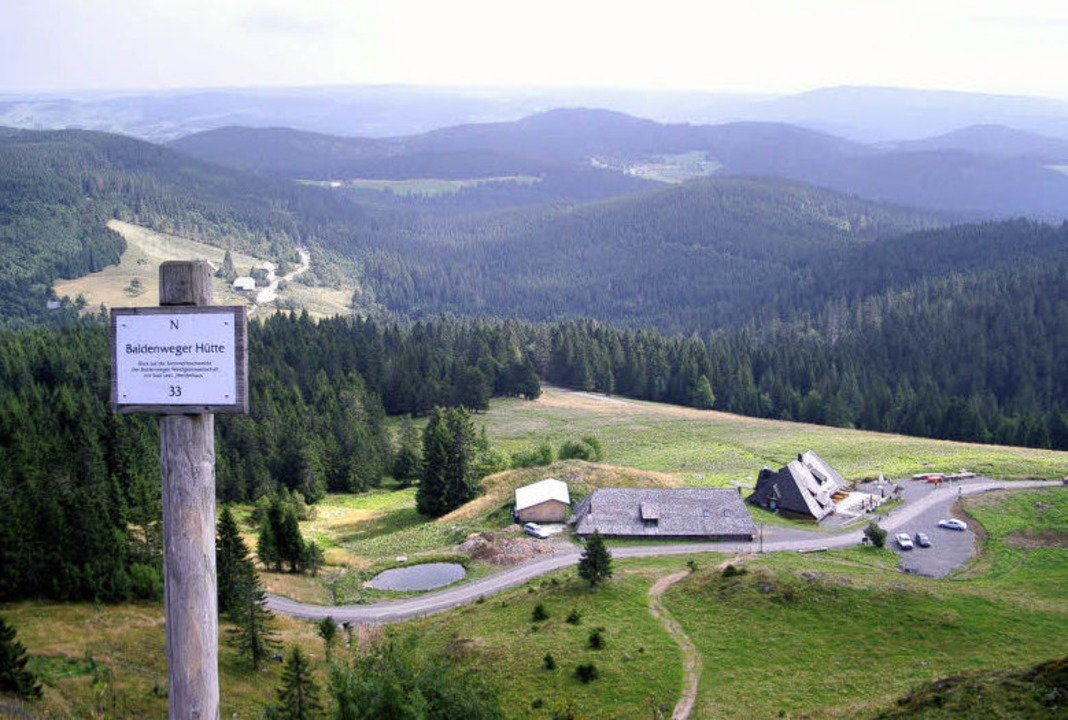 Hochschwarzwald pur: Blick auf die Baldenweger Hütte.  | Foto: monika rombach