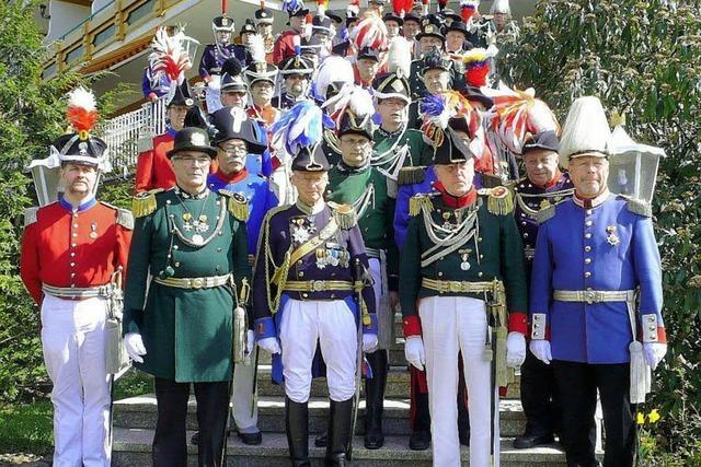 Alle in historischen Uniformen
