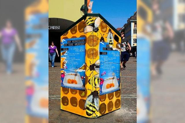 Unbekannte kleistern Schülerkunst in Freiburg zu