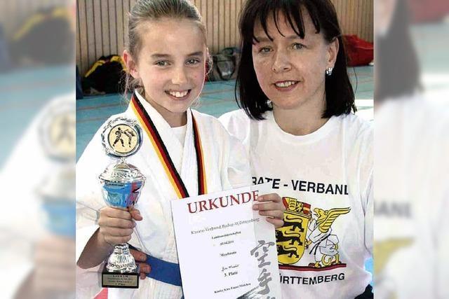 Kleine Karateka kämpft flexibel