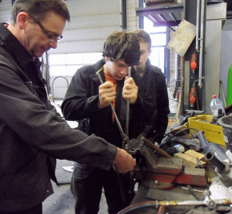 An der Werkbank erläutert Stefan Schne...chte Verarbeitung eines  Messingstabs.  | Foto: Privat