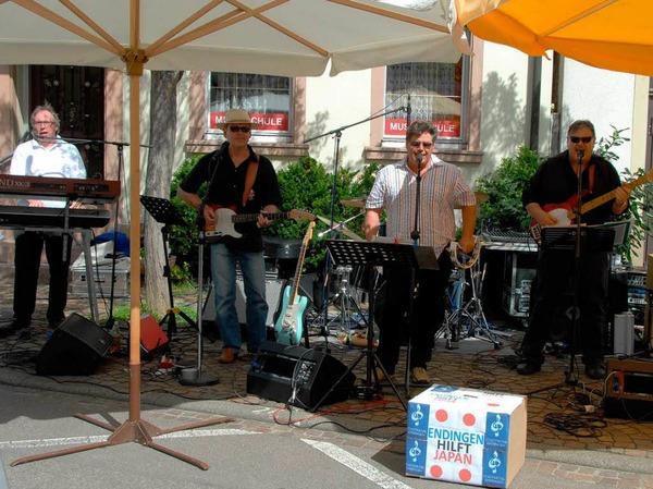 """Volksfeststimmung kam beim Benefiz-Wunschkonzert der """"Big Daddies"""" auf dem Lindenplatz auf."""