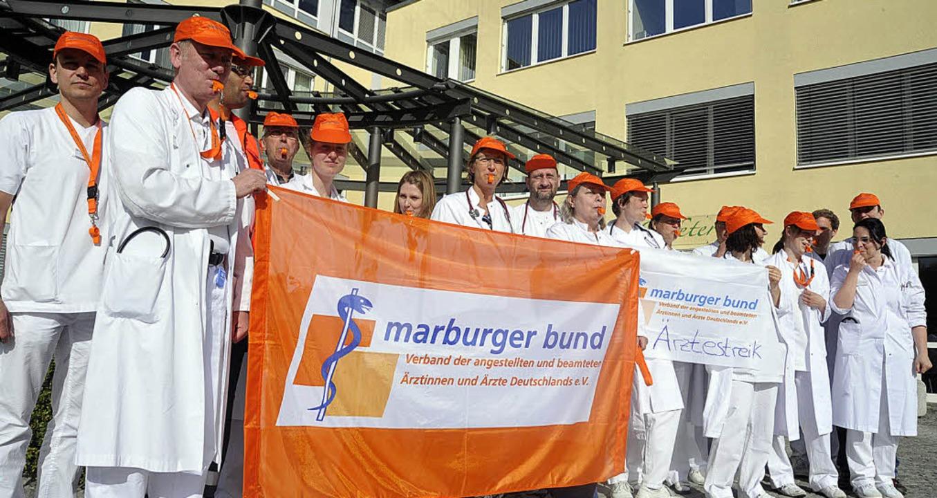 Im Warnstreik befanden sich gestern die Ärzte der Helios-Klinik Müllheim.   | Foto: volker münch
