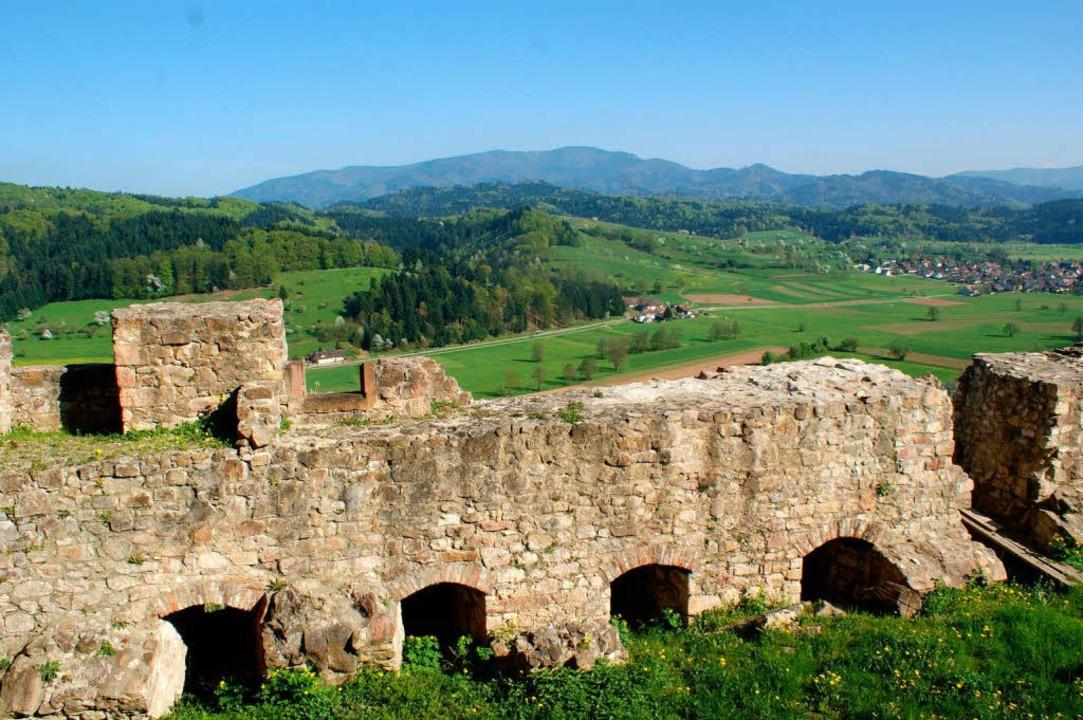 Mächtige Hochburg-Mauern über dem Brettental  | Foto: hans-jürgen truöl