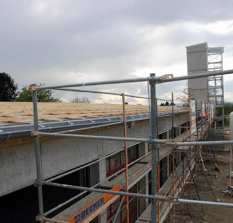 Auf dem Schwimmbaddach (links oben) sa...h des Rettungszentrums neu entstehen.   | Foto: Frank Kiefer