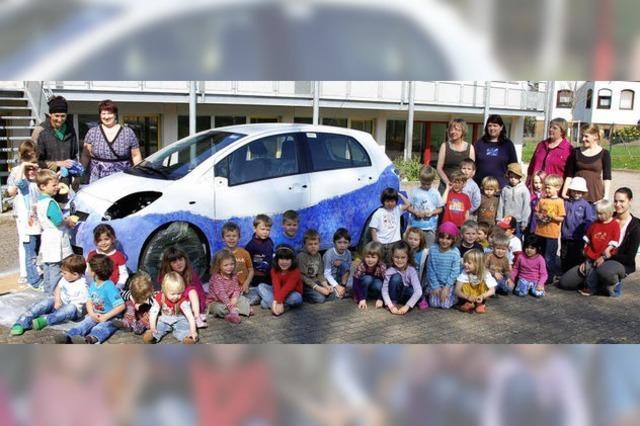 Begeisterte junge Auto-Designer greifen zum Pinsel
