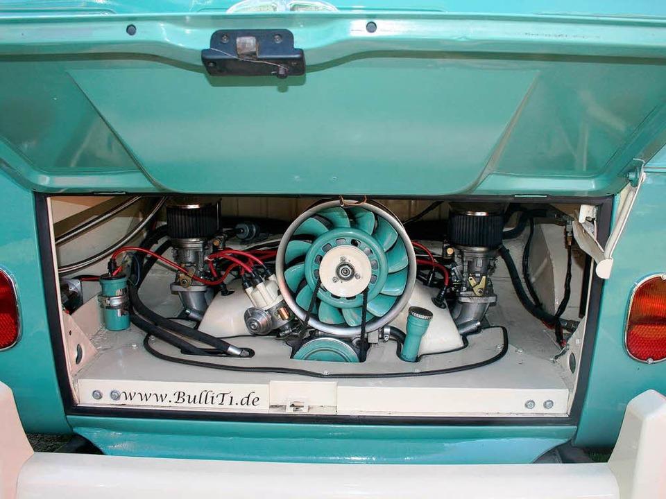 VW-Motor mit Porsche-Gebläse – a...r Haube  wird  kräftig herumgeschraubt  | Foto: Michael Saurer