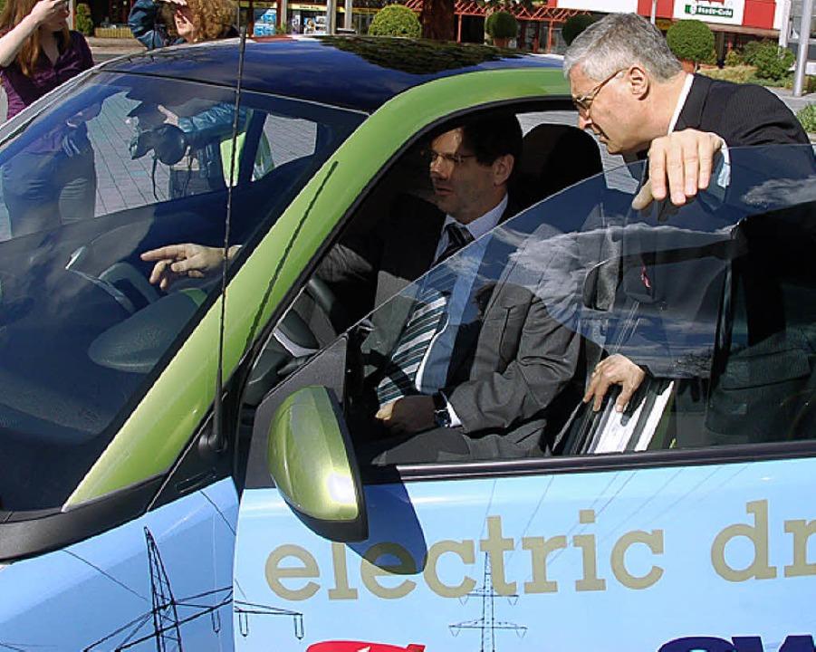 OB Dietz war vom Elektro-Smart der SWE... Test in der Stadtverwaltung auslieh.     Foto: Senf