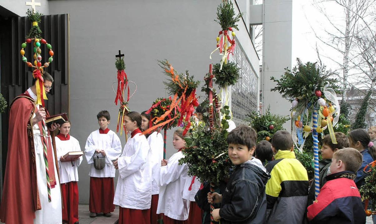 Tobias Merz,  der von  2004 bis  2006 ...lmweihe  vor der Kirche  Heilig Kreuz.  | Foto: Irene Krauss
