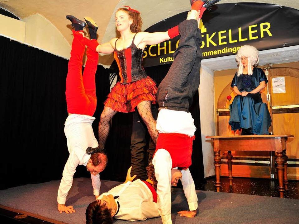 Akrobatik im Schlosskeller: Voili Voilà räumen ab.  | Foto: Dieter Erggelet