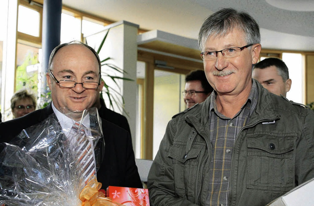 Klemens Küntzler (rechts) hat  75-mal ...on Bürgermeister  Benz ausgezeichnet.   | Foto: Sandra Decoux-Kone