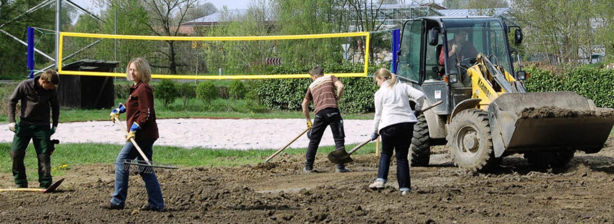 Der Rasen kann eingesät werden, die Vo...mminger Kleinspielfeld sind erledigt.   | Foto: Markus Maier