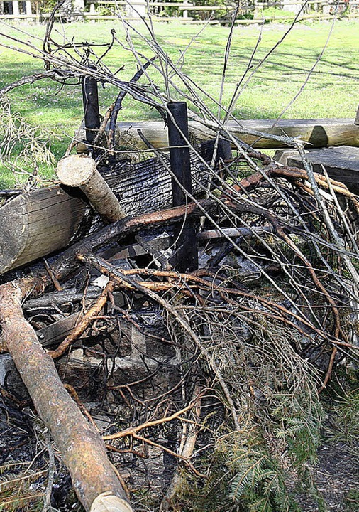 Unbekannte haben an der Grillstelle am...seeparkplatz eine Holzbank verbrannt.     Foto: Dieckmann