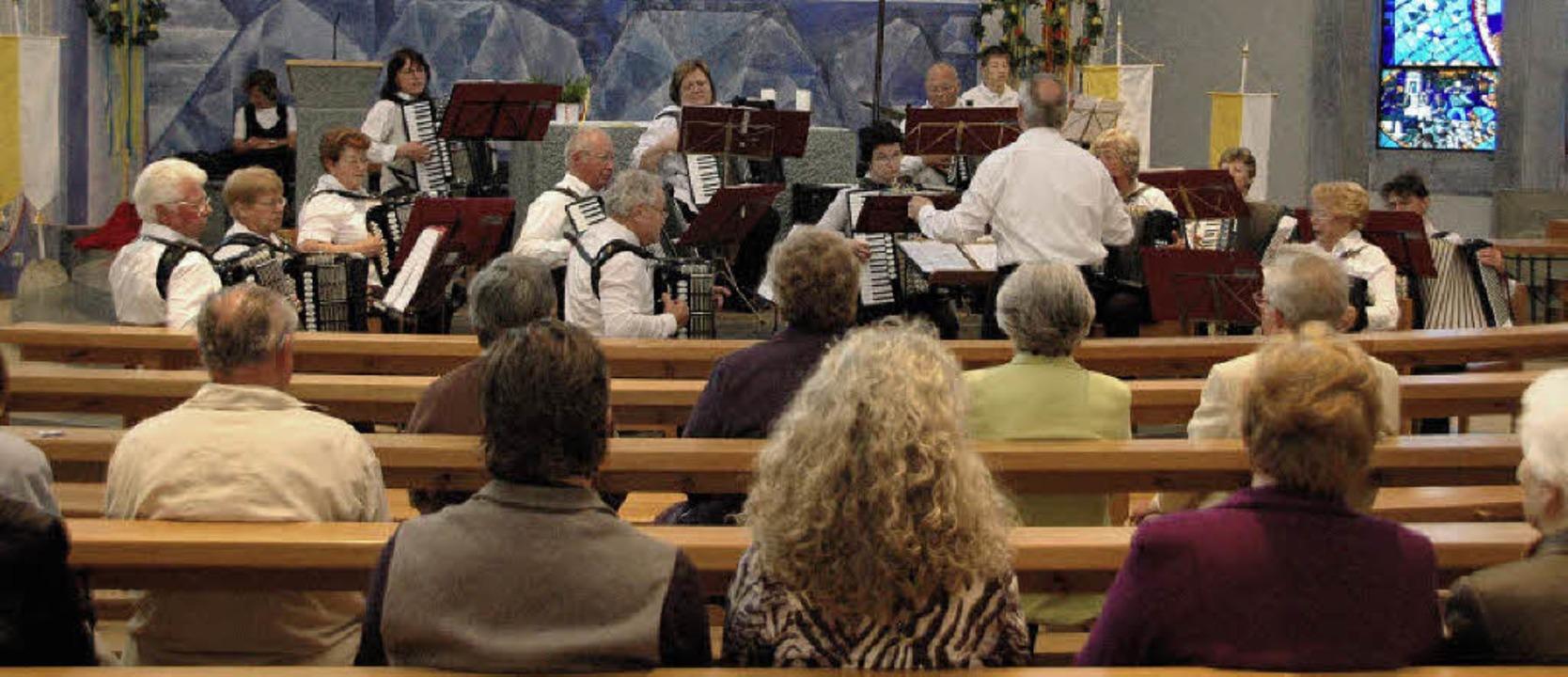 Der Seniorenspielkreis des Handharmoni...neue Heizanlage der Pfarrei bestimmt.     Foto: Regine Ounas-Kräusel