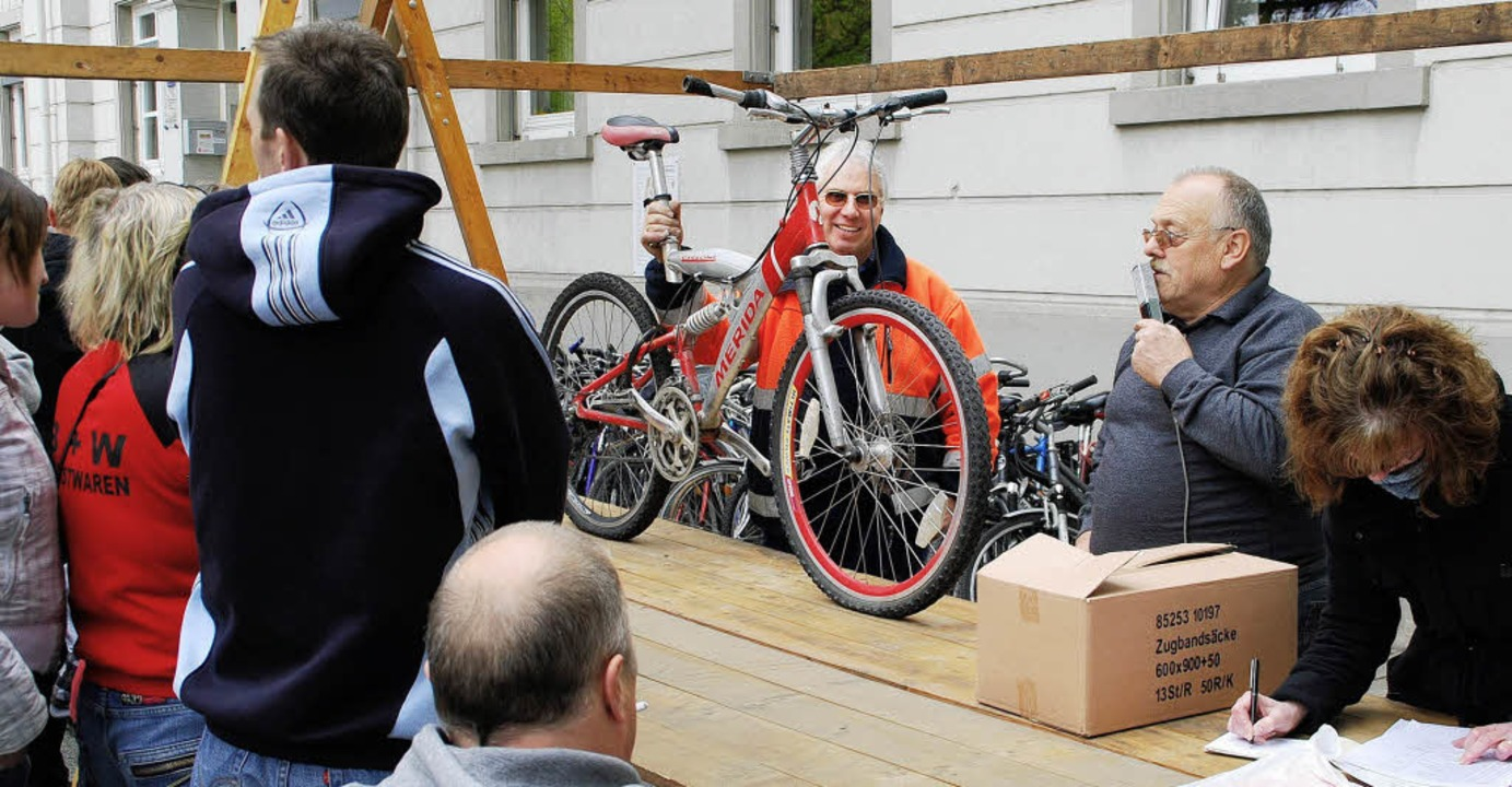Auf großes Interesse stieß die Fundsac...m. Vor allem Fahrräder waren gefragt.   | Foto: Edgar Steinfelder