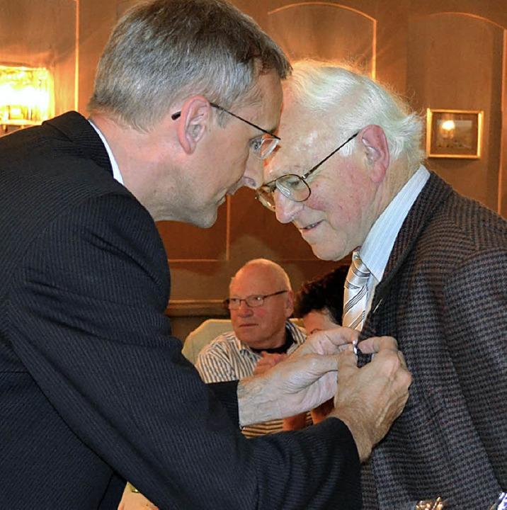 Für 50-jährige CDU-Mitgliedschaft wurd...rband  von MdB Armin Schuster geehrt.     Foto: Berger