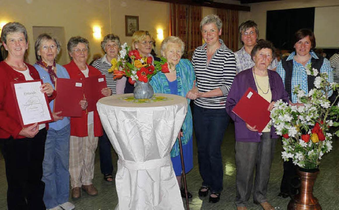 Das Vorstandsteam der  Landfrauen Brei... ehrte  zahlreiche treue Mitglieder.    | Foto: christine weirich