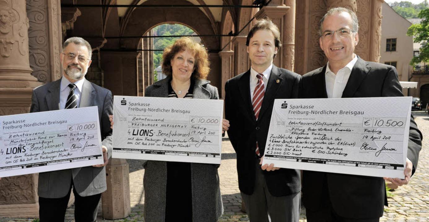 Hoch erfreut über den Geldsegen, den i...leip und Hans-Georg Kaiser (von links)  | Foto: Rita Eggstein