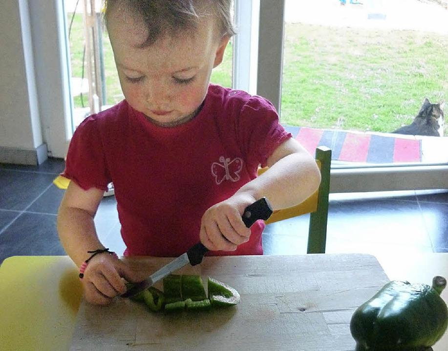 Lena hilft gerne im Garten oder Hausha...den Tagesablauf wichtige Dinge kennen.  | Foto: Danielle Hirschberger