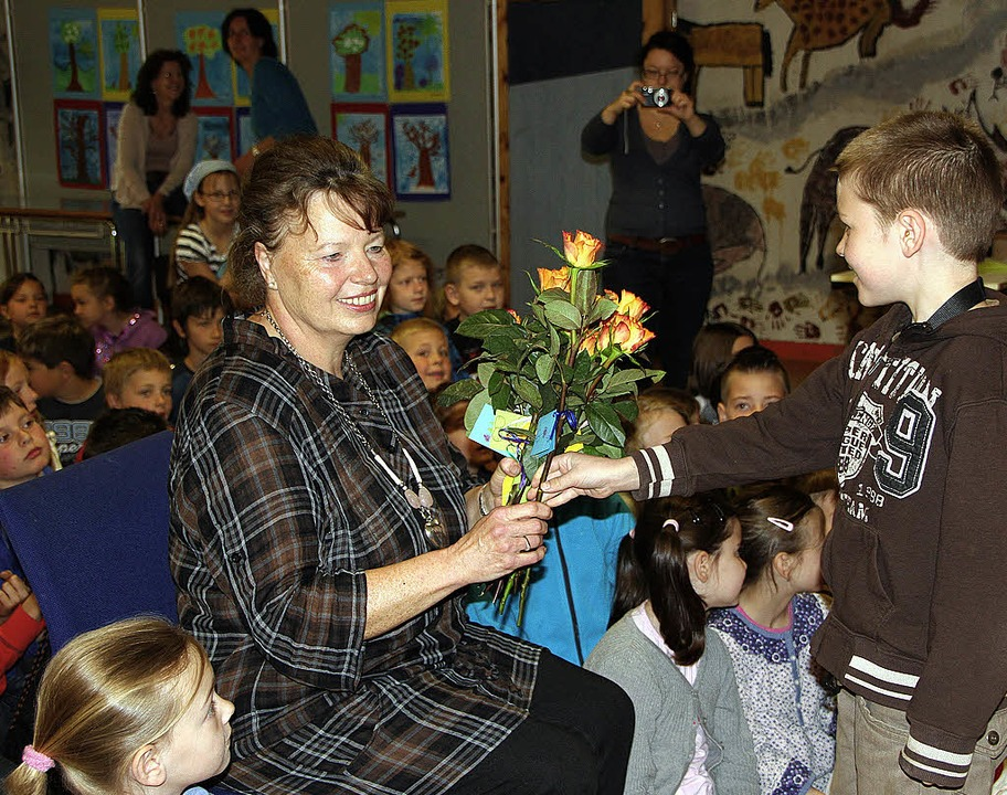 Mit Rosen gratulierten die Schüler der...rin Rita Stemmler zum Dienstjubiläum.   | Foto: Susanne Kanele