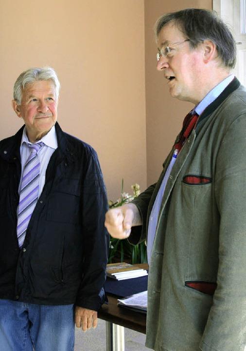Wenn Thomas Leiprecht,  Landesvorsitze...eter Wolfgang Lücker interessiert zu.     Foto: Dinort