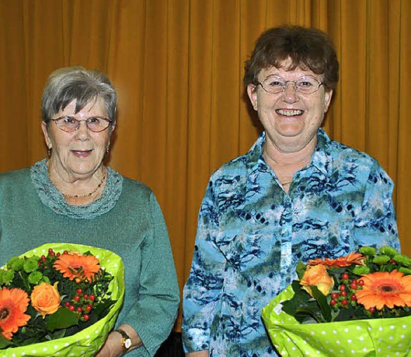 Hilde Oswald (links) wurde für zehn Ja...gen im Frauenchor Eimeldingen geehrt.     Foto: Sedlak