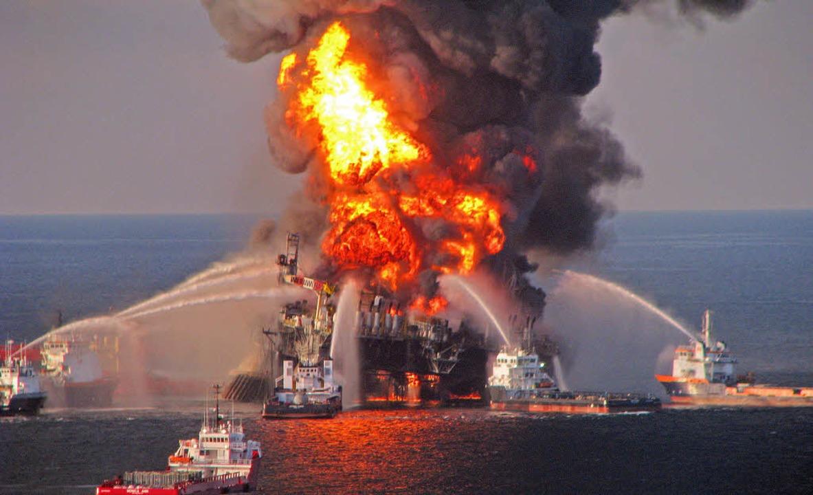 Beginn von 87 schmutzigen Tagen: die E...water Horizon. Links: Ölspuren im Meer  | Foto: dpa