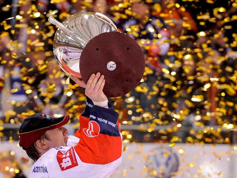 Berlins Rob Zepp jubelt mit dem Pokal.  | Foto: dapd
