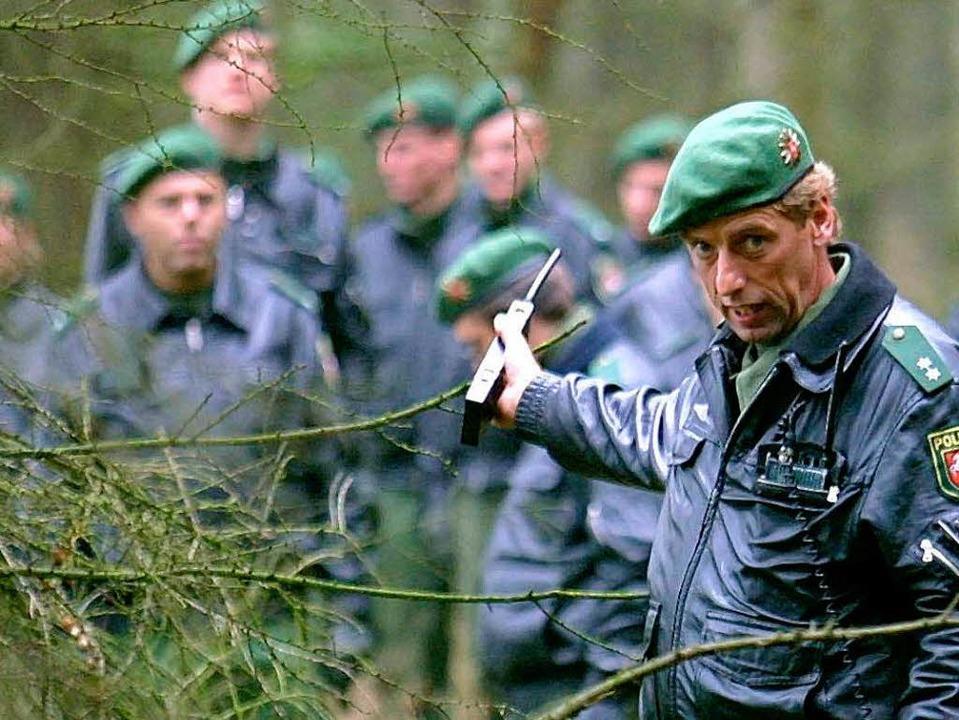 Archivbild aus dem Jahr 2001: Polizist...dersachsen nach dem vermissten Dennis.  | Foto: dpa