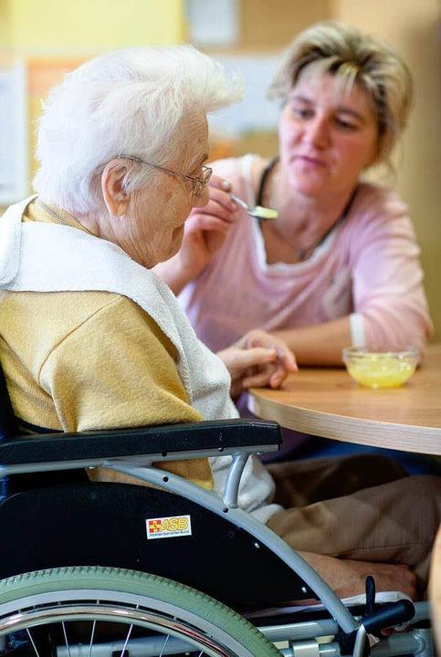 Hilfe beim Essen für eine demente Frau  | Foto: dpa