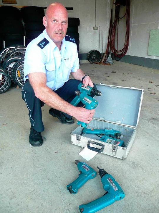 Polizeihauptmeister Uwe erner mit einem Koffer voller Akkuschrauber  | Foto: peter stellmach